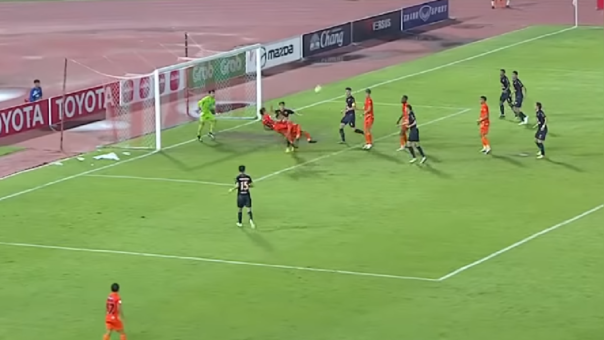 ¡A lo supercampeones! El impresionante golazo de chalaca doble en el fútbol tailandés
