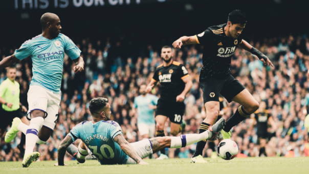 La lujosa asistencia de Raúl Jiménez tras dejar en el piso a Otamendi en el Wolverhampton vs. Manchester City