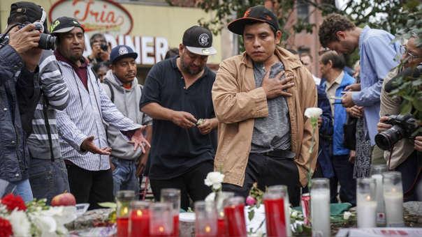 Ciudadanos rinden homenaje a las víctimas del asesinato