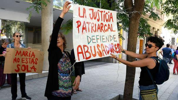 Manifestantes en apoyo a María afuera del consulado de Uruguay en Barcelona