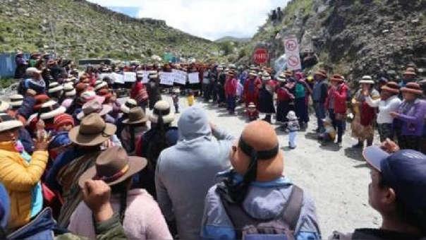 La minera de cobre enfrenta un nuevo bloqueo al traslado de sus minerales por una exigencia económica, laboral y social de la población.