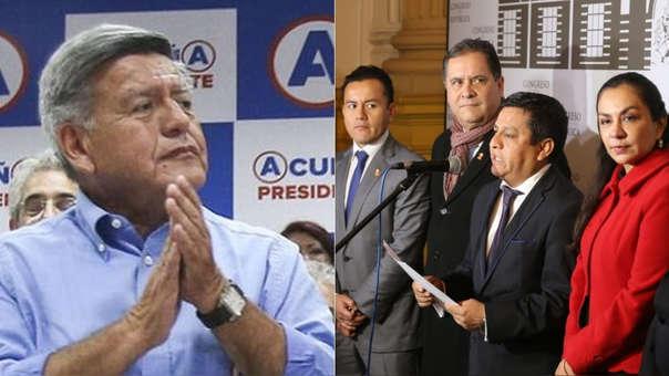 César Acuña (izquierda) y la bancada de su partido (derecha).