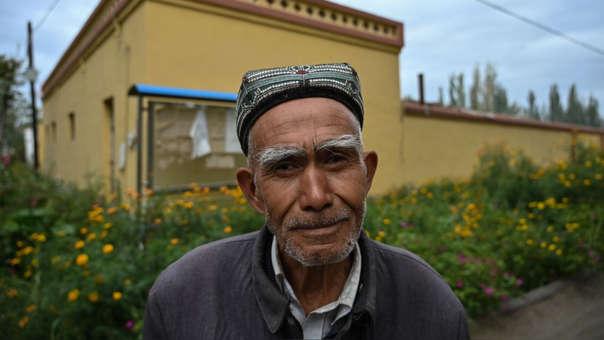 Un hombre posa en un pueblo uigur afuera de Shayar, en la región de Xinjiang.