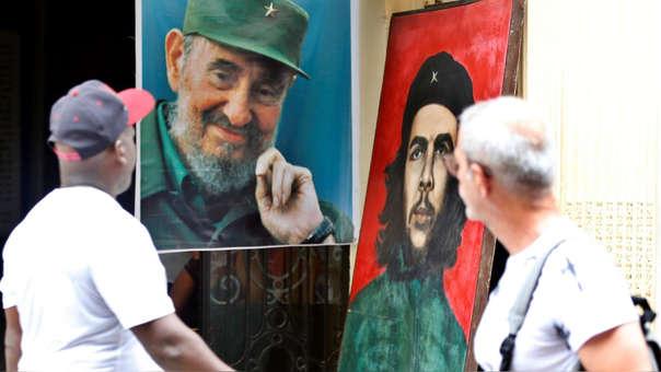 Cuadro de Ernesto 'Che' Guevara junto a otro de Fidel Castro en una calle de La Habana (Cuba).