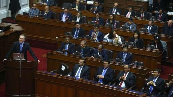 Salvador del Solar, entonces titular de la PCM, presentó la cuestión de confianza ante el Congreso.