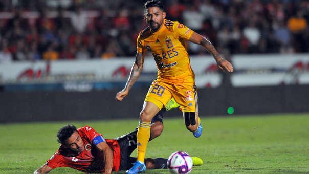 Leobardo Lopez (izq.) del Veracruz con Javier Aquino (der.) de Tigres durante el encuentro por el Torneo Apertura Mexicano.