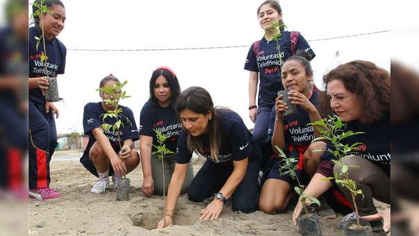 Entre los participantes estuvieron escolares y padres de familia, quienes ayudaron sembrando árboles.