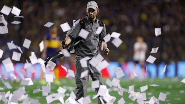 Boca Juniors vs. River Plate: superclásico demoró 15 minutos por papeles que arrojaron los hinchas