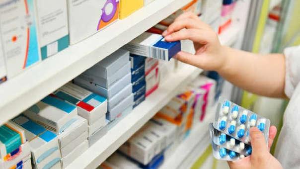 El proyecto de ley de junio pasado contemplaba una multa de 4 UIT es decir S/ 16,800 a las cadenas de farmacias o boticas que incumplan con la norma.