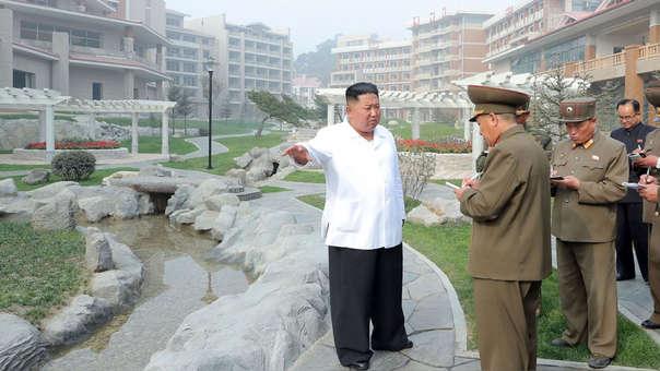 Fotografía de Kim Jong-Un visitando el hotel que ahora busca demelor, difundida por la agencia norcoreana KCNA el pasado 25 de octubre.