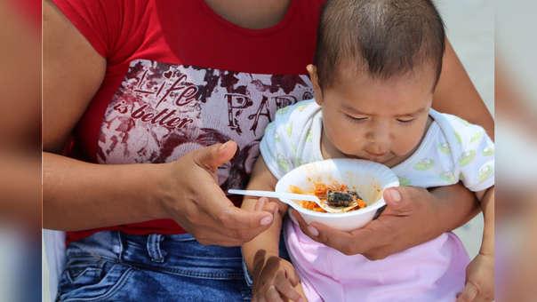 Desde los seis meses, los bebés deben complementar la leche materna.