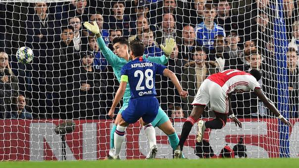 Nuevamente Promes: durmió a defensa del Chelsea con este gol de cabeza