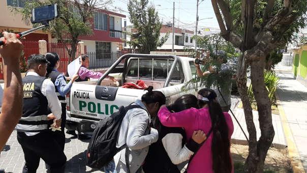 Momento del traslado del cuerpo de Lizbeth Vaneza Florez Yauri hacia la morgue.