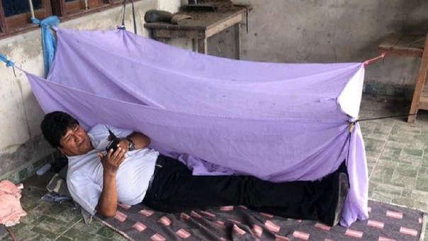 El exmandatario boliviano posteó en Twitter una foto en la que aparece tumbado en el suelo, en una humilde habitación.