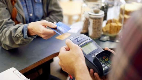 En el Perú más de 8 millones de ciudadanos tiene una tarjeta de crédito y más de 1 millón 400 mil poseen hasta 3 plásticos, según la Superintendencia de Banca, Seguros y AFP.