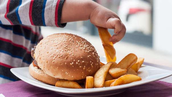 Se deben evitar alimentos en exceso, como las grasas, los carbohidratos, la sal y las especias.