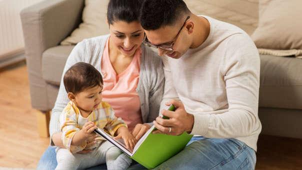 Entre los 7 y 9 meses ya debemos conversar con ellos, incorporarlos en conversaciones familiares y contarles historias.
