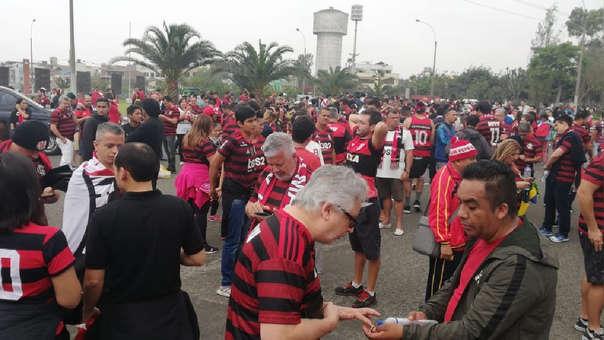 Hinchas de River Plate y Flamengo hacen largas colas para ingresar al estadio Monumental