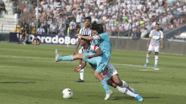 La fuerte entrada de Jorge Cazulo sobre Aldair Fuentes en el Alianza Lima vs. Sporting Cristal