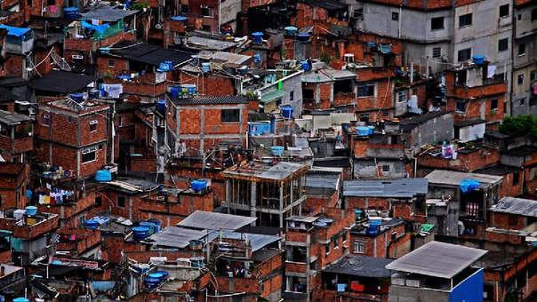 Fotografía referencial de una favela en Brasil