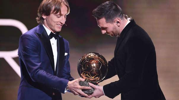 Luca Modric le entregó el Balón de Oro a Lionel Messi