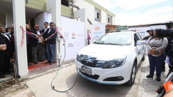 En el local de la Autoridad Regional Ambiental de Arequipa se instaló la primera 'electrolinera' gratuita para recargar autos eléctricos.