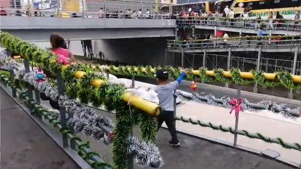 Venezolanos decoran puente por Navidad