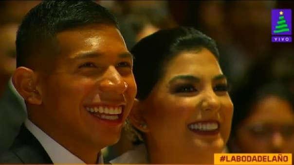 Edison Flores y Ana Siucho se muestran alegres en el altar.