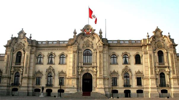 Considerando la trayectoria de la propuesta del déficit fiscal, la deuda pública de Perú continuará manteniéndose como una de las más bajas de la región, y por debajo de países con similar calificación crediticia y regla fiscal.