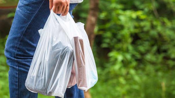 La medida que tiene como objetivo desalentar el uso excesivo de plástico, establece que su uso tendrá un impuesto que irá subiendo cada año.