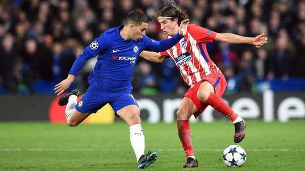 Eden Hazard y Filipe Luis enfrentándose por la Champions League.