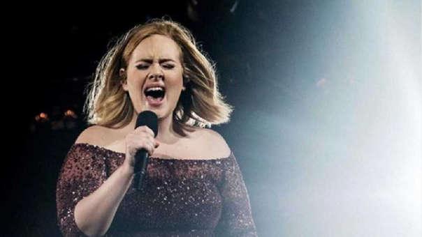 Adele fue captada en playa del Caribe.