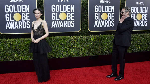 Joaquin Phoenix asistió a la premiación junto a su novia, la actriz Rooney Mara.
