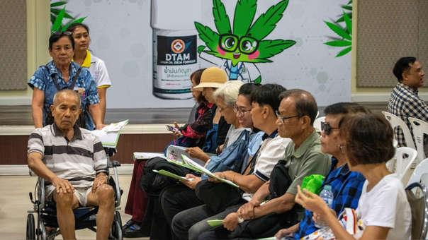Cientos de pacientes hicieron fila esperando que se abriera el establecimiento para recibir gratuitamente frascos de 5 a 10 mg de aceite de cannabis.