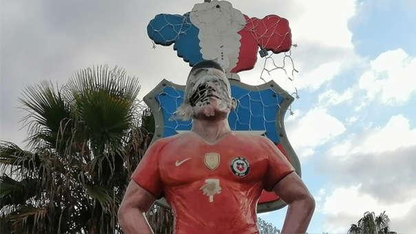 Manifestantes atacaron la estatua de Alexis Sánchez