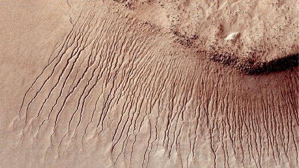 Hubo un tiempo en el que Marte era un lugar mucho más húmedo que ahora, como lo demuestran los lechos de los lagos secos y sinuosos valles dibujados por antiguos río.