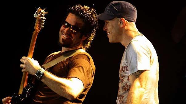 """El guitarrista  """"Chisco Ramos"""" y Gian Marco durante una presentación."""