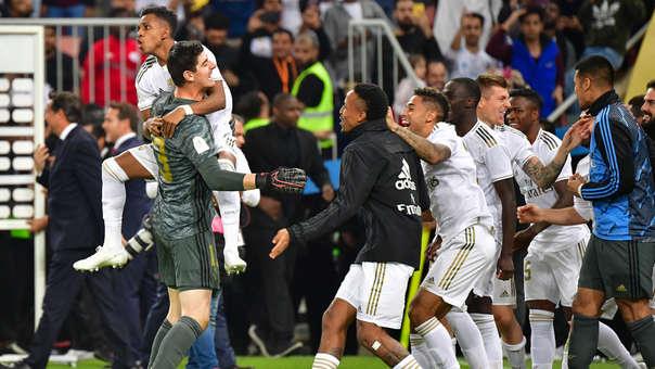 Los jugadores del Real Madrid celebran tras obtener la Supercopa de España