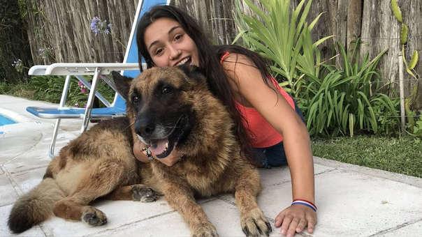 Una joven compartió una desastrosa sesión de fotos junto a su perro en Twitter.