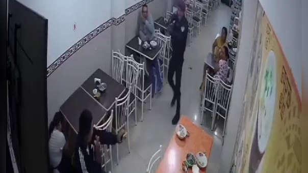 El momento en el que el presunto delincuente es reducido por el agente policial.