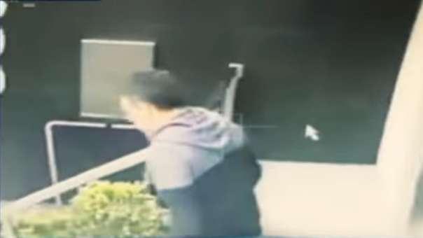 Julio Guzmán fue captado huyendo de un edificio.