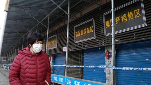 Se cree que un mercado de mariscos es el centro del brote en la ciudad de Wuhan, pero las autoridades de salud informaron que identificaron pacientes que no tenían antecedentes de contacto con ese centro comercial.