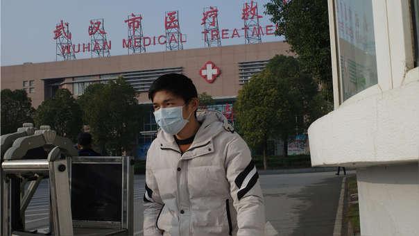 Un hombre abandona el Centro de tratamiento médico de Wuhan, donde fue confinado un hombre que murió por una enfermedad respiratoria, en la ciudad de Wuhan, provincia de Hubei, el 12 de enero de 2020.