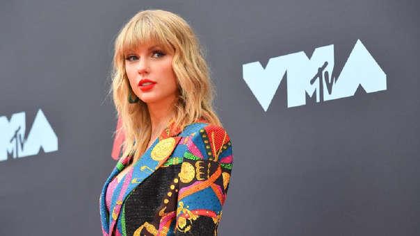 La cantante Taylor Swift reveló que su madre tiene un tumor cerebral.
