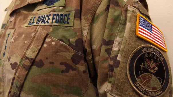 Así lucen los uniformes de la Fuerza Espacial de EE.UU..