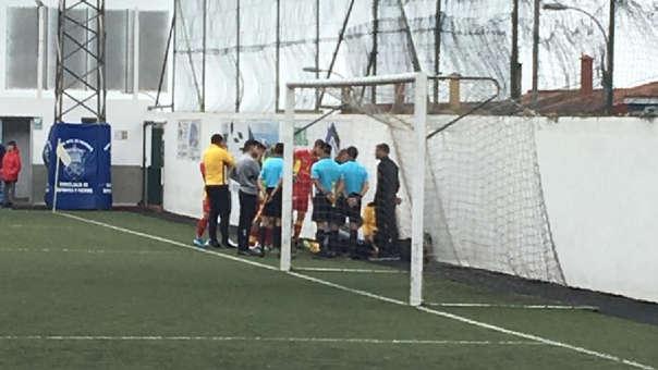 Jugador en España sufrió espeluznante choque contra muero en pleno partido