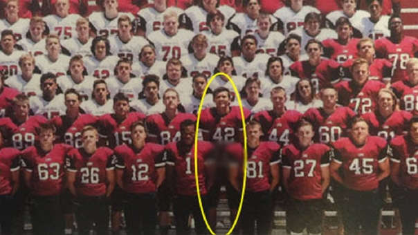 Jugador de fútbol americano afronta 69 cargos por mostrar genitales en foto de equipo