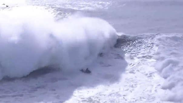 Durante la transmisión de un torneo internacional, Alex Botelho sufrió un accidente por el impacto de una ola de 13 metros.