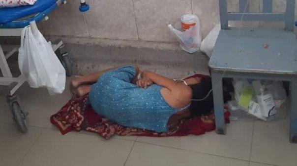 La mujer pasó la noche en el piso ante falta de camillas.