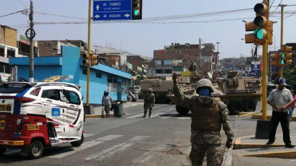 Esta foto corresponde al primer día de vigencia del estado de emergencia nacional. Personal militar patrulla las calles para controlar que la circulación de personas se ajuste a las excepciones previstas.